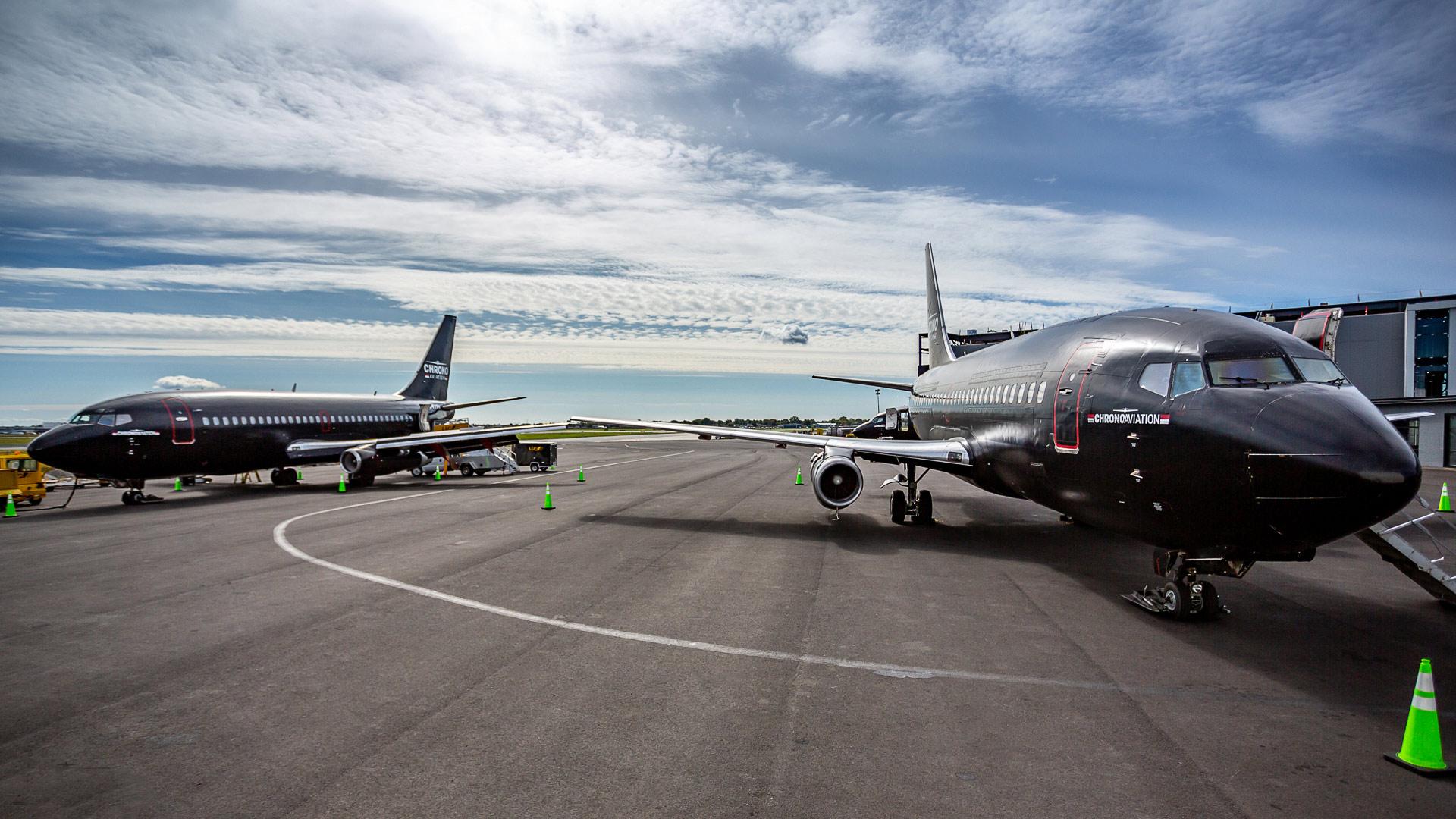 Identité visuelle   Deux Boeing 737 sur le tarmac   Chrono Aviation