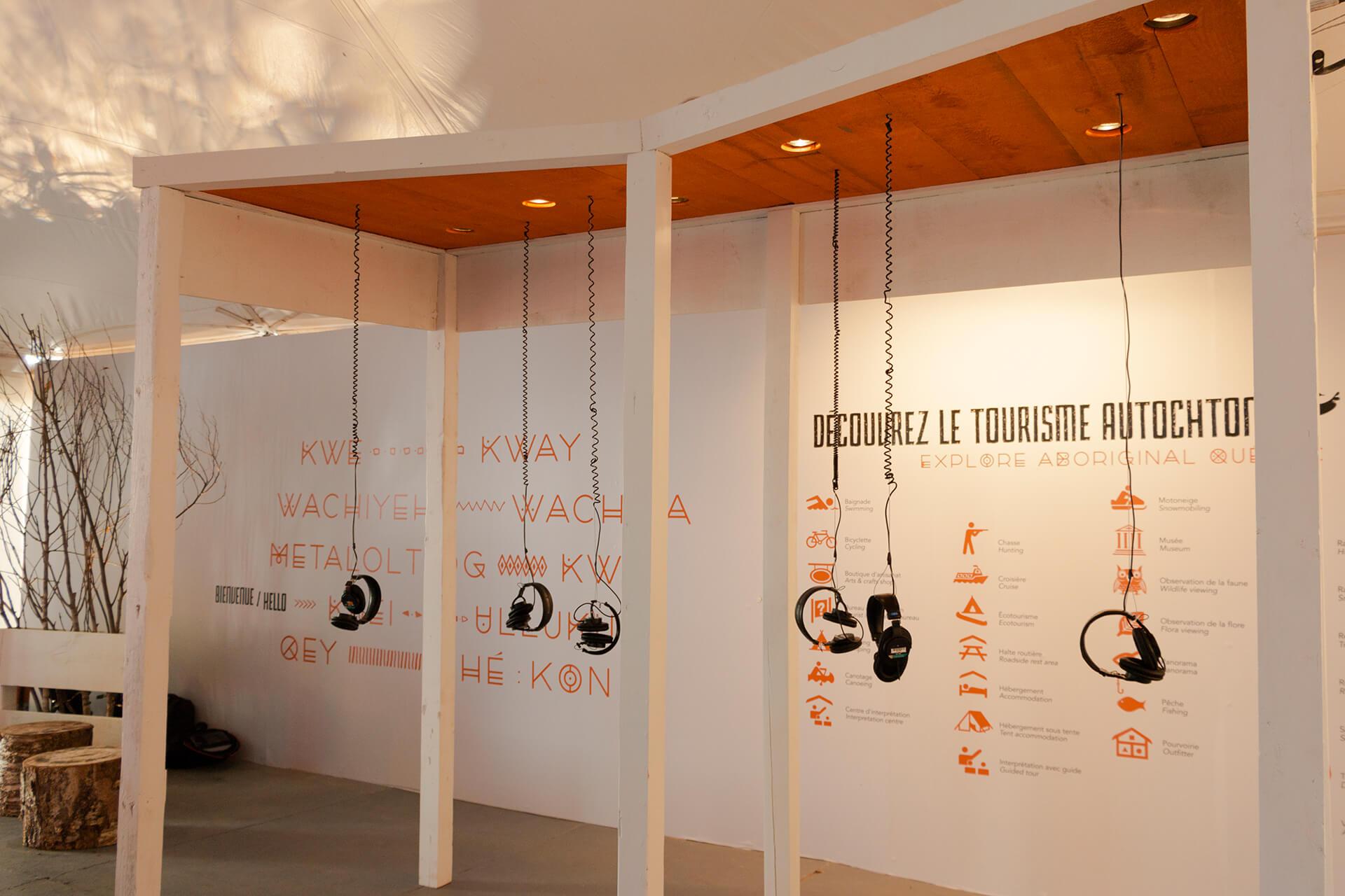 Identité visuelle |Kiosque avec des écouteurs qui pendent du plafond |TAQ
