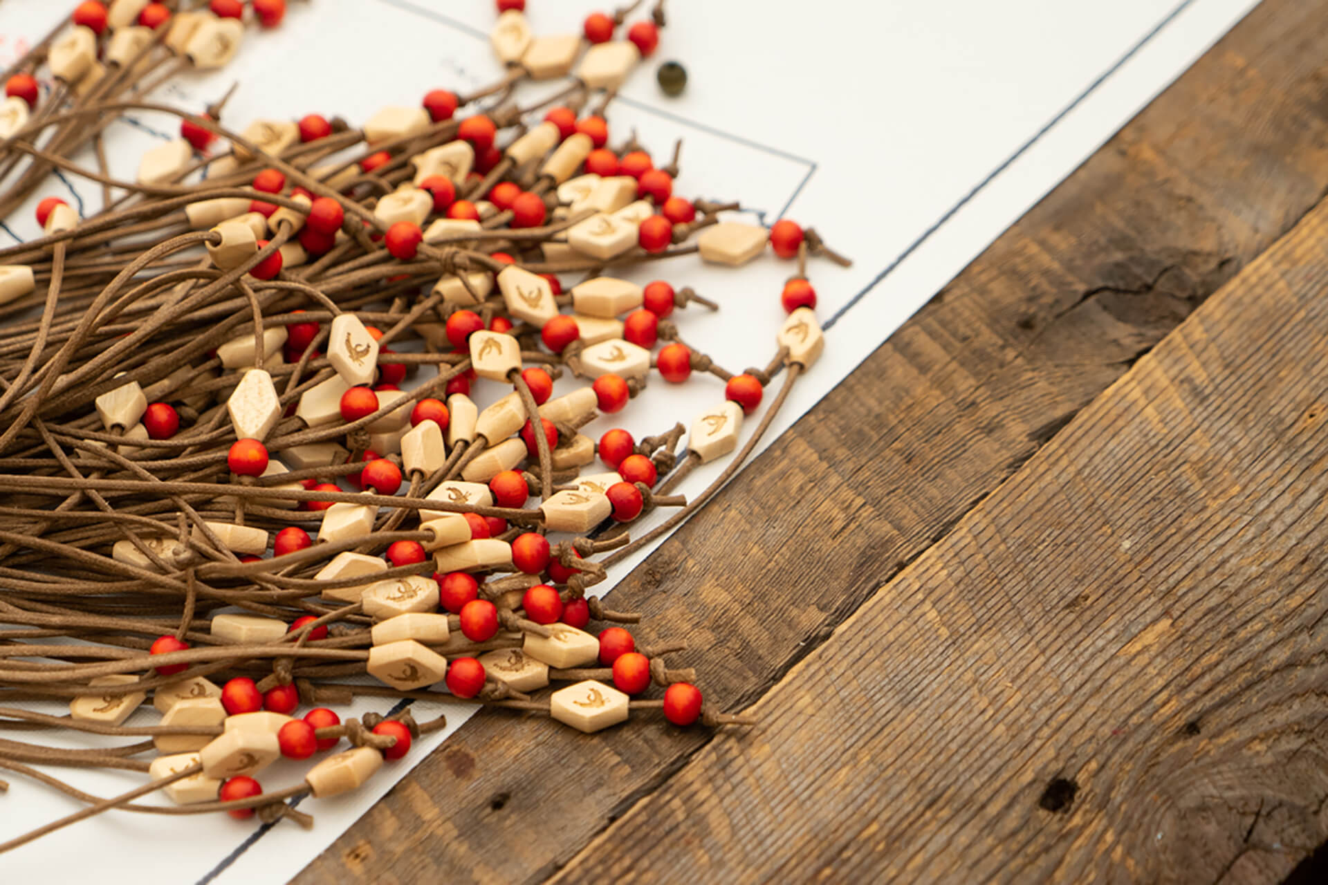 Identité visuelle |Colliers faits de cuir avec des perles en bois naturel et rouge |TAQ